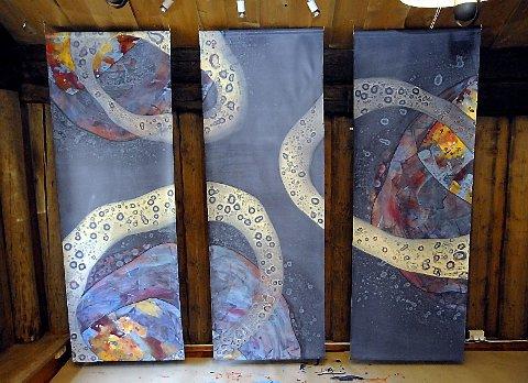 SIRKLER: Runde former og blåtoner er gjennomgangstema i Marit Skog sitt nye kunstverk.