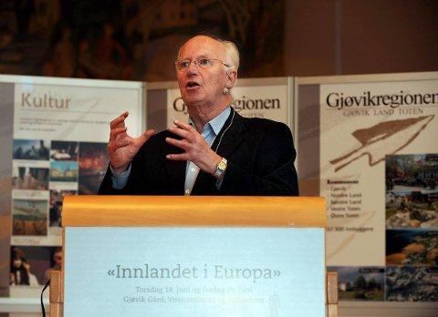 HOVEDTALER: Thorvald Stoltenberg hadde et solid grep om forsamlingen i Gjøvikhallen da han snakket om internasjonale spørsmål på Mjøskonferansen i går.FOTO: HENNING GULBRANDSEN