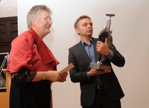 Helga Arntsen og prisvinner Asgeir Føyen.