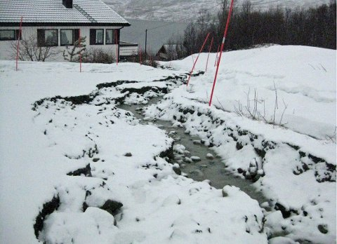 MISTET VEIEN: Inge Karsteinsen i Ersfjordbotn på Kvaløya mistet veien sin mandag morgen. Foto: Hans Kristian Østring