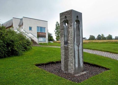 AVDUKES: Torsdag avdukes Østre Toten kommunes minnesmerke over ofrene etter 22. juli 2011.