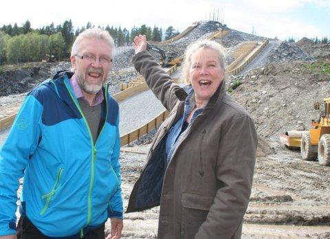 """STORSAMLING: Audun Holte og Rulle Smit er regissører for Tolgas stunt i forbindelse med TV 2s """"Fly med oss"""". - Her i Hamran blir det minst 400 store og små på tirsdag, sier de to."""