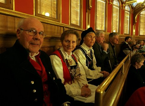Tidlegare brustyreformann Samson Instanes saman med kona Marta og Kristine Stakseng på galleriet på Stortinget.