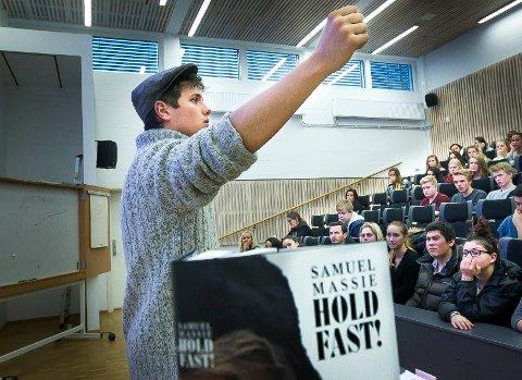 ENGASJERENDE foreleser: Samuel Massie, her i aksjon i auditoriet for 2. årselever ved Strømmen videregående skole. Budskapet så ut til å gå rett hjem. BEGGE FOTO: Kay Stenshjemmet