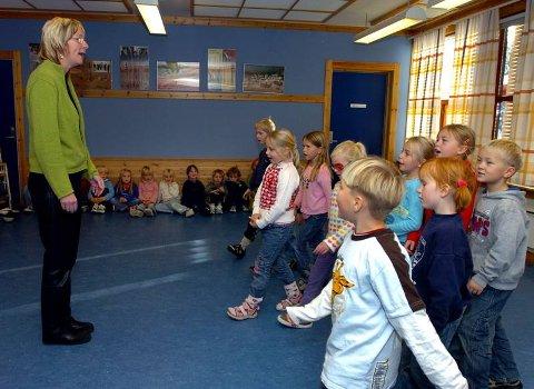 BEVEGELSE: Marianne Kostøl synger, elevene synger og går fram og tilbake.