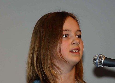 SANG: Amanda Hegge Jensen sang fra sin plate, der inntektene gikk til pårørenderom ved Nordlandssykehuset.   (Foto: Torild Wika)