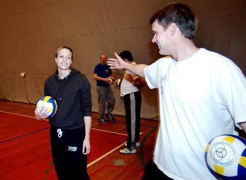 Todd Johnson ønsker Unn Kvendseth velkommen i KVBK. 25-åringen fra Svelgen har sagt ja til å være leder i volleyballklubben. Samtidig er det klart Johnson blir værende i Kristiansund.