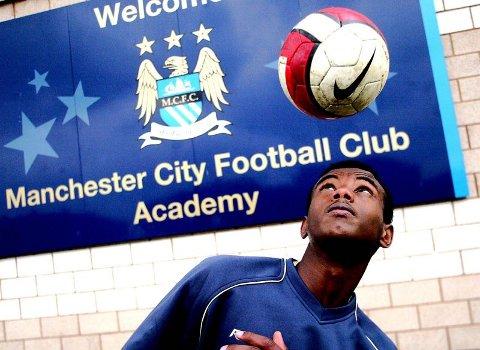 PÅ PLASS: Abdisalam Ibrahim har allerede funnet seg til rette på sin nye hjemmebane selv om han ikke blir Manchester City-spiller før 1. juli.  ALLE FOTO: WEGARD BAKKEHAUG