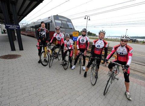 RETT FØR STARTEN: Her er de seks sprekingene fra Grenland Sykleklubb som utfordret toget i går: Jørn Fjeldavlie (45), til venstre, Thomas Andersen (32), Casper Kullerud Hansen (18), Nicolai Barholt (18), Tor Erik Helgesen (31) og Tom Immerstein (33).