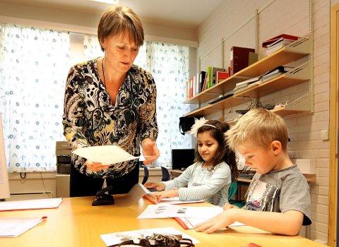 I PERMEN: På slutten av hver time får Jalda, Aron og de andre førsteklassingene printet ut et ark som viser ordene de har skrevet. To måneder etter skolestart klarer elever å skrive setninger og korte tekster.