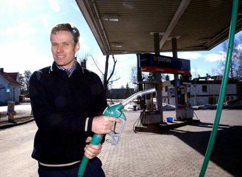 AVSKJEDSGAVE: Per Briskelund selger Statoil-stasjonen på Raufoss og gir avskjedsgave i form av superbillig bensin til de ti første som melder seg klokka 12 i dag.