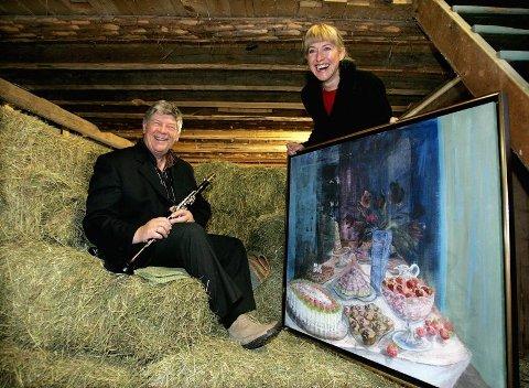 BONDEROMANTIKK: Simon Flem Devold og Anne Stokker Sagen synes låven på Eikeberg gård i Gjerdrum kan brukes til litt av hvert.  FOTO: TOM GUSTAVSEN