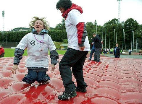 Vibeke koser seg på hoppemadrassen. Her sammen med Anne Bagne ved Nesttun dagsenter.