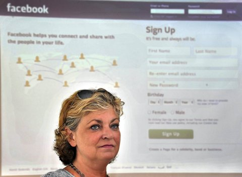 TRAGISK: Grethe Hvidsten ble overrasket, og sint, da hun skjønte at Facebook-meldingene hadde kommet inn før familien hadde fått vite om dødsfallet. (Foto: Jarl Morten Andersen).