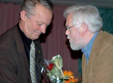 Tidligere ordfører Inge Myrvoll overrekker kulturprisen til Leif Alstadhaug i 2004. Nå er Alstadhaug skuffet over det han sier er historiefraskrivelse av arrangørene av Havmannprisen. Foto: Geir Vea
