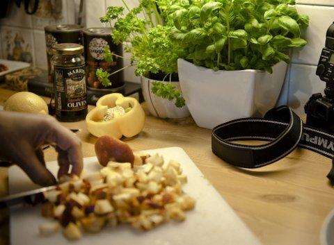 KUTTER KJAPT   Trine er en kløpper med kniven. Kameraet ligger alltid på benken, klart til å forevige matrettene som lages.