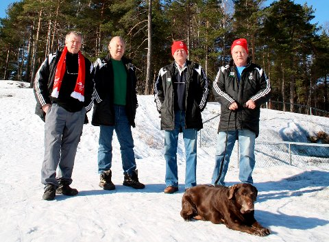 John Fredrik Tittei Fosse, Ole Martin Bolstad, Tore Fosse og Tore Andersen viser stolt fram den ferdigstilte lysløypa i Brevikåsen. Brevik Olympiske Komité håper det snart blir skikkelig snøvær. Da vil de arrangere en vintersportsdag for alle familier i lokalsamfunnet.