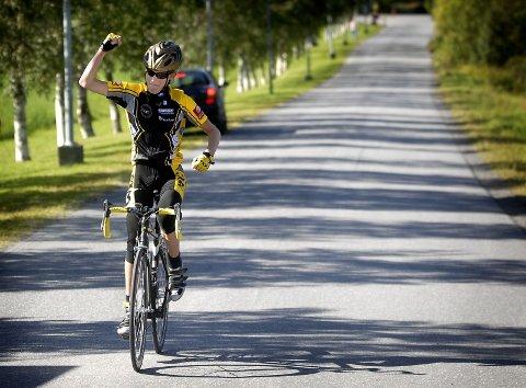 SUVEREN: Mats Klaussen Aakvik jubler i idet han sykler over mållinja i ensom majestet.