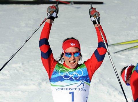 Marit Bjørgen var i egen klasse i finalen og kunne fornøyd strekke hendene i været etter målgang.