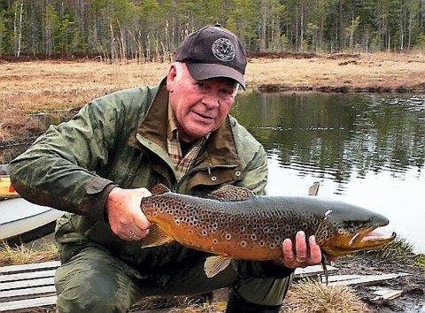 STOR FISK: Nestleder i fiskeutvalget i KJFF, Harald Rinden, med den store ørreten som nylig ble sluppet ut på Varaldskogen.