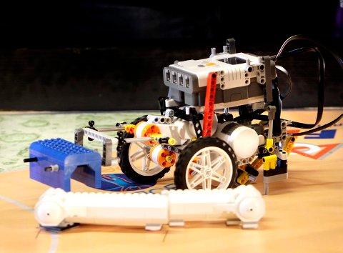 ROBOTKAMP: Det sentrale elementet i konkurransen er å få en robot som lagene selv har laget til å gjøre en rekke oppgaver i løpet av 2,5 minutter.