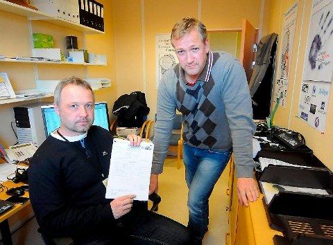 Svein Erik Vatle og Sverre Walle fra Bamble lensmannskontor advarer mot omreisende knivslipere. Ineos ble forsøkt svindlet fredag.