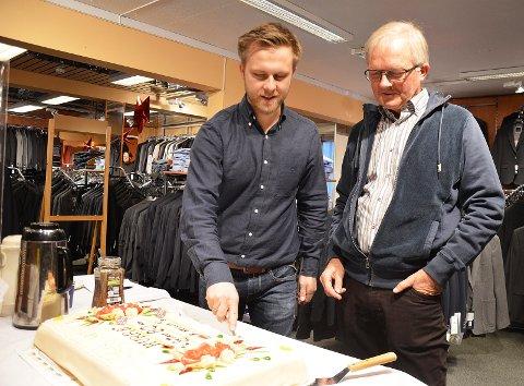 KAKE: Arve og Tore Hellum med jubileumskaka til 80-årsdagen for butikketablering i Brandbu.