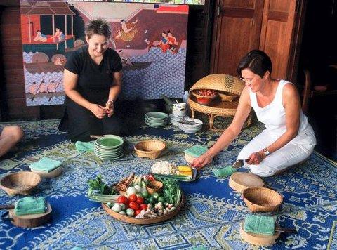 Finske Eila har tatt med datteren Erika på kokkekurs i Thailand. Der lærer du å lage fantastisk god mat for en latterlig billig penge.