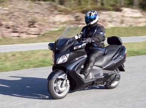 LANG FARKOST:Suzuki sin Burgman 650 er en lang, stor og tung scooter. Men når den først er kommet i gang er den lettkjørt.