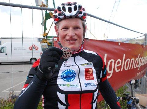 Daniel Vekseth kunne stolt vise fram medaljen etter å ha fullført fra Bodø.