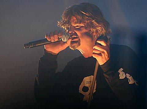M-M-METALLIC HVIT: Prepple Houmb trassa dårleg teltlyd og angreip publikum i velkjend stil. Alle foto: Svend Arne Vee