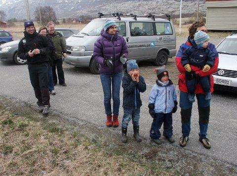 PUBLIKUM: Langs løypa var det små lommer av folk som heiet fram rytterne. Denne gjengen sto på Søvik.