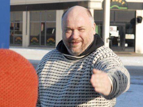 Svein Spjelkavik reiser et folkekrav om å få Regine Normann og Richard With på haleroret på Norwegian-fly.