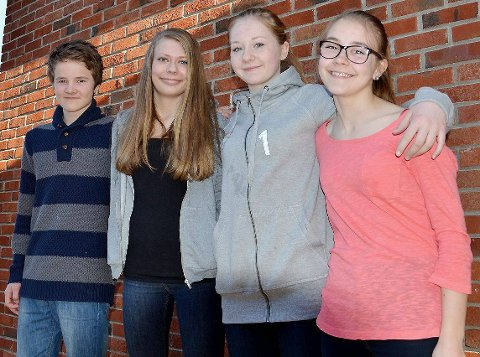 Bezzerwisserne ? 9A Trøgstad: Ole Henrik Østereng Nes (14), Liv Elin Larsen (14), Nora Frøshaug (15) og Vilde Frankrig Forfang (15).  Foto: Beate Sloreby