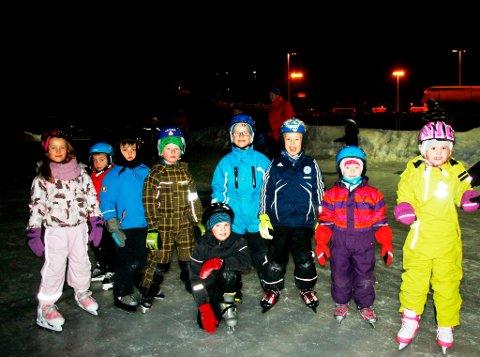 Endelig er det blitt skikkelig vinter i Brevik, noe barna setter stor pris på. Denne gjengen som er med i Barneidrettsskolen, hadde en super kveld på skøyteisen for aller første gang i år.