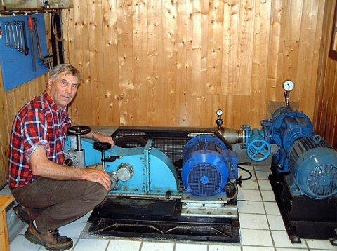 Abraham Sørdalen fra Kjølebrønd har bygget eget kraftverk. To turbiner, hjul og måleapparater inne i kraftverket ville ha gjort Reodor Felgen misunnelig.