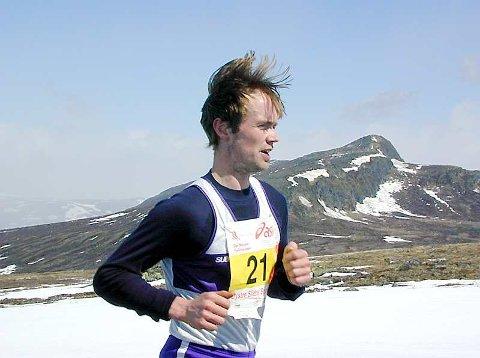 ÅLEINE: Helge Hafsås har vunne 72 av dei 89 maratonløpa han har stilt opp i. Dermed er han mestvinnande i heile verda. _ Eg elskar å springe åleine, og prøvar å stikke frå konkurrentane frå start, smiler nordfjordingen. Arkivfoto