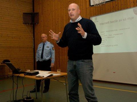 ENGASJERT: IT-konsulent Per Arne Hansen (foran) og Ola Øyvind Hoel fra Nordre Buskerud politidistrikt står bak prosjektet om de unges internettvaner.