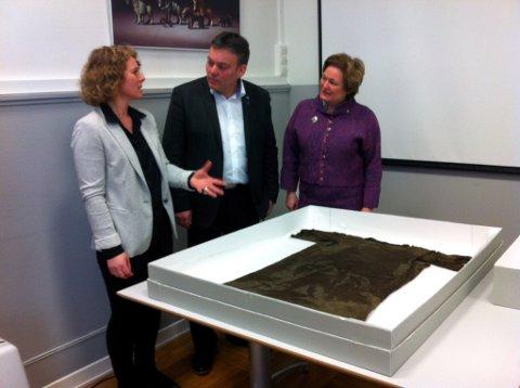:  Førsteamanuensis dr. Mariann Vedeler ved kulturhistorisk museum kunne i dag vise fylkesordførar Gro Lundby og lomsordførar Bjarne Eiolf Holø den 1700 år gamle kjortelen.