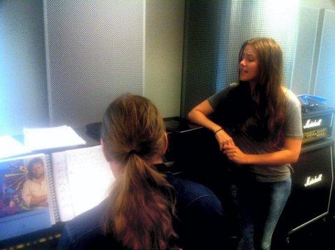 en gang til: Jan Eggum og Halvdan Sivertsens sanger er en enorm skattkiste fra et menneskes liv, Marion Ravn pugger sangtekster med Bjørge Verbaan.FOTO: PER OLAV SØRENSEN