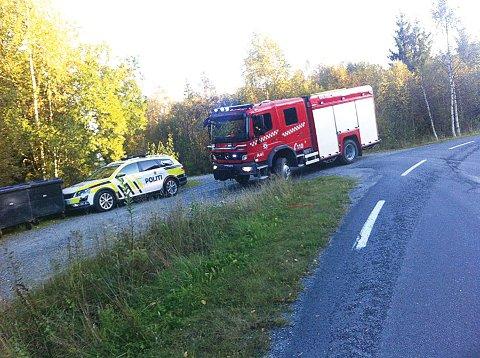 Politiet rykket også ut til stedet, i tillegg til de lokale brannmannskapene på Vegårshei. (Foto: Anne Dehli)