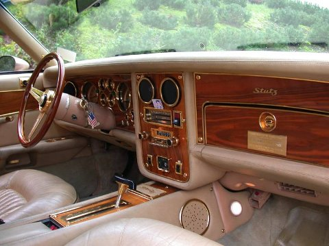 """GULL: Interiøret preges av gull i ratt, knotter og instrumentrammer, valnøttre i dashbord og dører, lyst skinn og lyse minktepper. Stutz ble levert med """"alt"""" utstyr som var å oppdrive på 1970-tallet."""