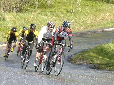 Det ble fire mot én for Hugo Strand i Sandnessjøen Criterium. Her drar han på Tom Eriksen, Yngvar Hansen, Tor Arne Bonsaksen og Erik Nordstoga, Mosjøen og Omeghn Cycleklubb. Foto: Per Vikan