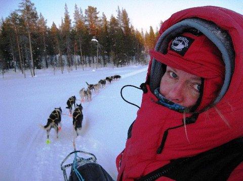 KLAR: Nina Skramstad gleder seg til en uke med naturopplevelser bak koppelet på 14 løpssterke alaskahuskyer. Hun er godt forberedt på at det blir lite søvn, og at milene på sleden kommer til å merkes både i fotsåler og rygg. Begge foto: Privat