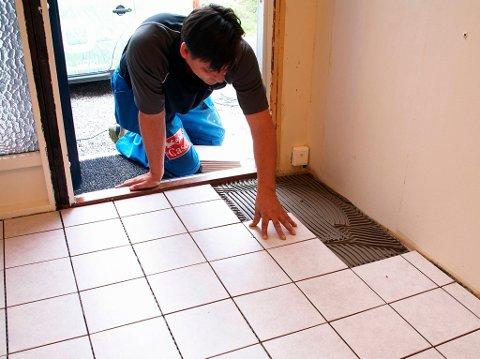 Når alle flisene er lagt ut må gulvet stå i ro slik at limet får tørke. Tørketid er angitt på pakningen.
