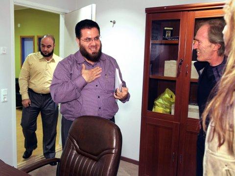 HARAM: Her forklarer Alnors styreleder, Hussein Aldaoudi, hvorfor han ikke kan ta Nordlys? kvinnelige reporter i hånda.