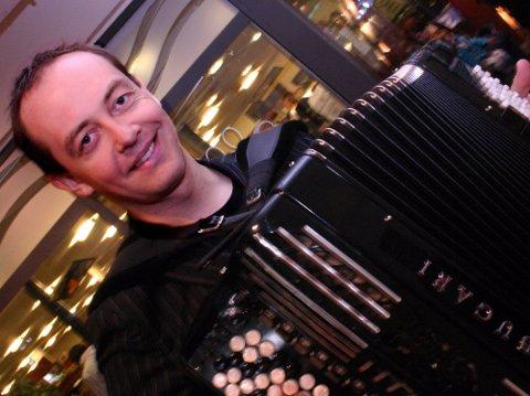 GLAD I BYGDA: Artisten Stian Carstensen fra Eidsvoll startet sin karriere på Romerike, og trives fortsatt best i hjembygda. Nå er han nominert til «Årets romeriking», og kan være den heldige som stikker av med seieren under byfesten i Lillestrøm. Foto: Ola Einbu