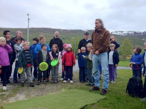 Sune Wentzel åpnet frisbee-golfbanen i Misvær tirsdag.