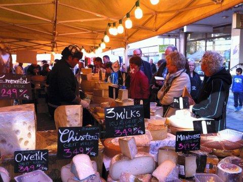 NAM: Mange lot seg friste til å kjøpe med forskjellige varianter oster, oliven, marmelade og sjokolade på det europeiske matmarkedet i Gjøvik.