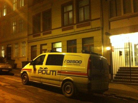 Politiet er på plass utenfor bygården.